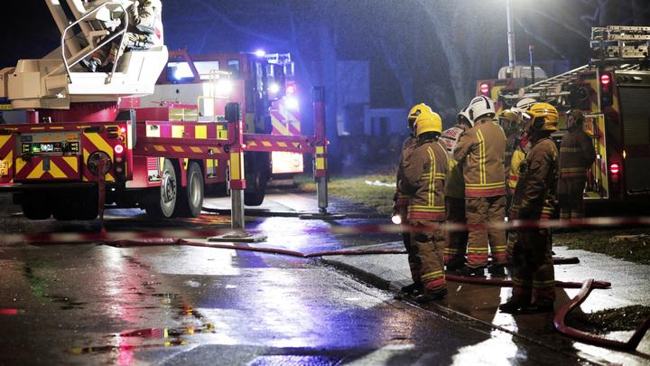 Только огонь и сирены: Очевидцы опубликовали видео мощного взрыва в Великобритании