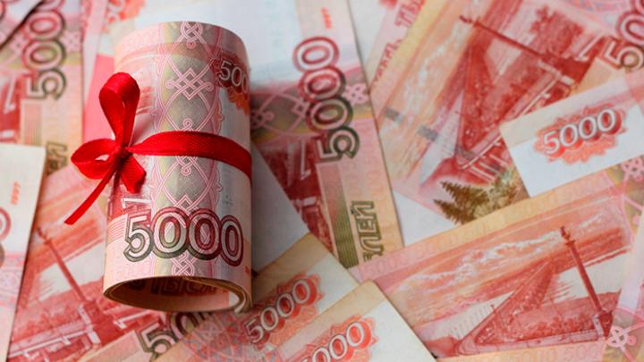 До зарплаты в 2700 долларов и пенсии в 25 000 рублей осталось потерпеть месяц