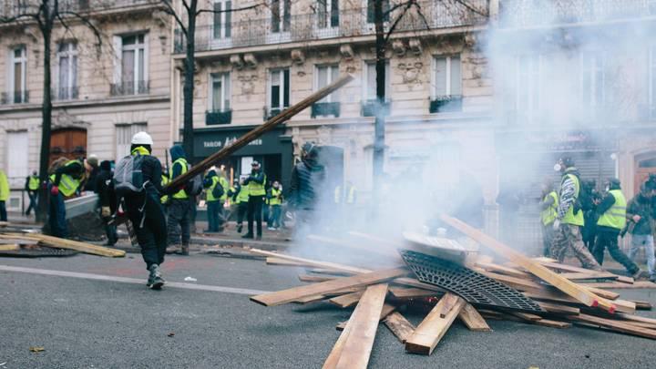 Власти Франции мобилизовали бронетехнику для борьбы с «желтыми жилетами»