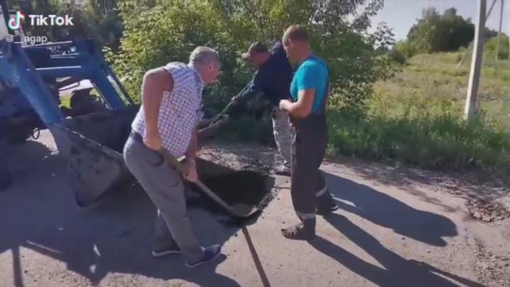 Устали ждать: жители Мариинска сами отремонтировали дорогу к школе