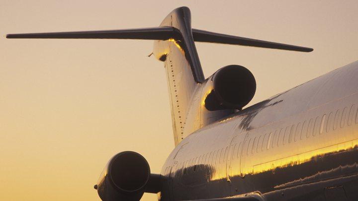 Кричали и требовали остановить самолёт: Двигатель лайнера загорелся во время взлёта - видео