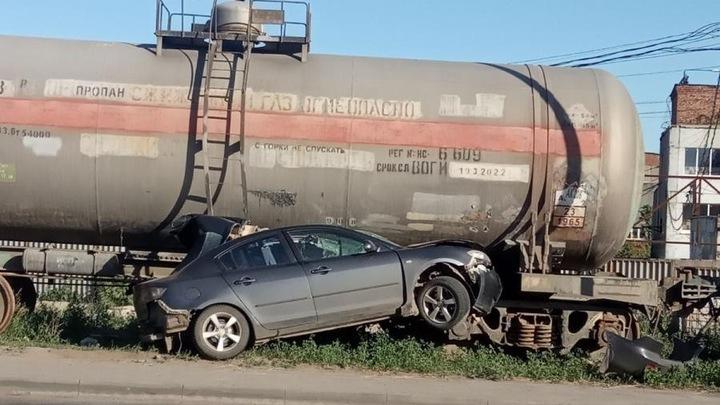 В Самаре водитель иномарки въехал в железнодорожную цистерну
