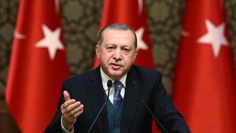 От восторга помутился разум: Охранники Эрдогана скрутили радостного турка
