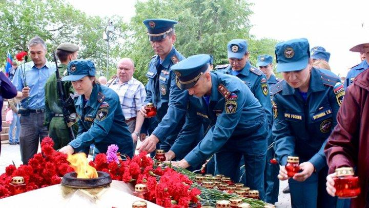 В день памяти и скорби в Петербурге возложили цветы на Пискаревском кладбище