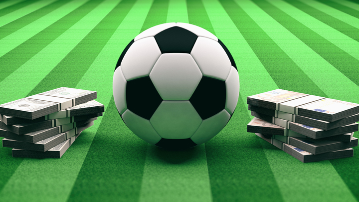 Спортплощадки ковылём поросли, а по футбольным газонам миллионеры прогуливаются: Кто платит и расплачивается за российский футбол