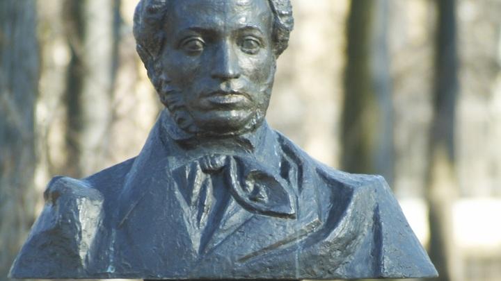 Молдавию призвали восстановить разрушенный памятник Пушкину