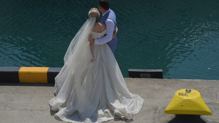 Давай поженимся отдыхает: Главврач больницы включил административный ресурс, чтобы выдать замуж 25 медсестёр