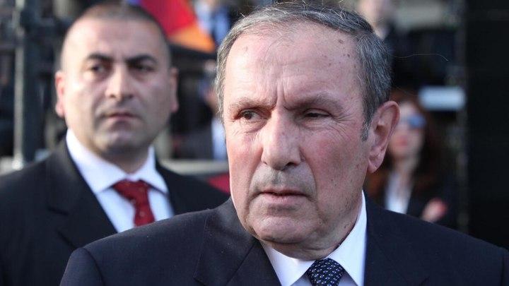 Первый президент Армении поддержал военное командование