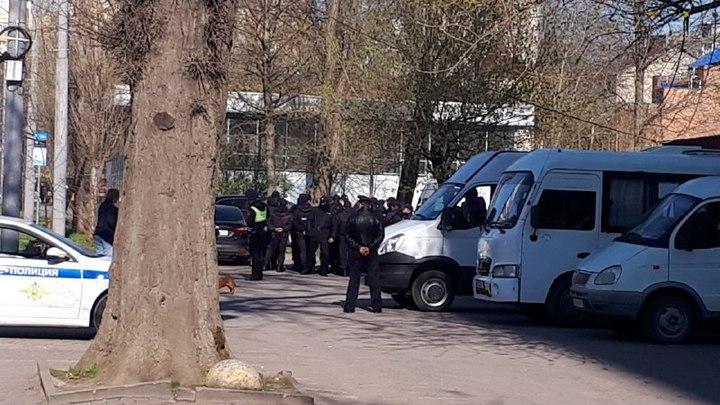 В центре Ростова появились машины с металлическими заборами, к зданию Публички стягивают полицию