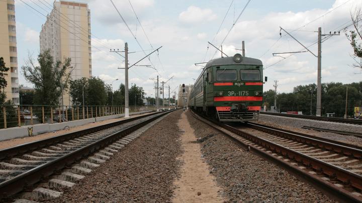 В ХМАО пассажирский поезд столкнулся с груженой песком фурой