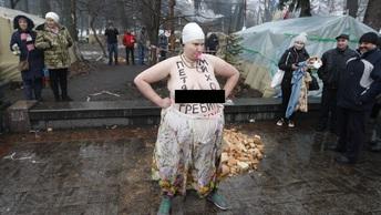 Необъятных размеров украинская активистка Femen разделась у неправильного посольства - фото