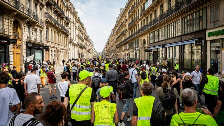 Жёлтые жилеты избивают красных: Трактовка запрёщенного Чиполлино просто оскорбила патриотов