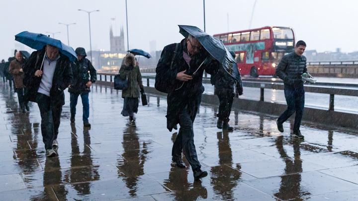 Трое погибли, тысяча убежали из домов: Шторм в Великобритании достигает огромных масштабов