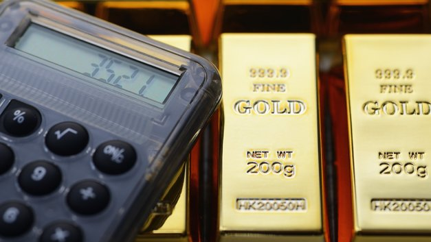 Золото растет в цене из-за заявлений Трампа
