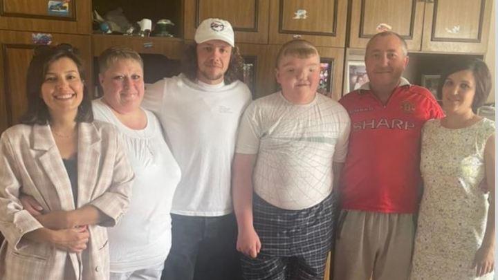 Хоккеист НХЛ подружился с мальчиком без лица из Челябинской области