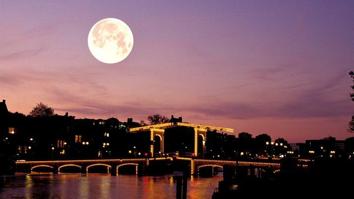 Ученые объяснили, почему Луна бывает розовой