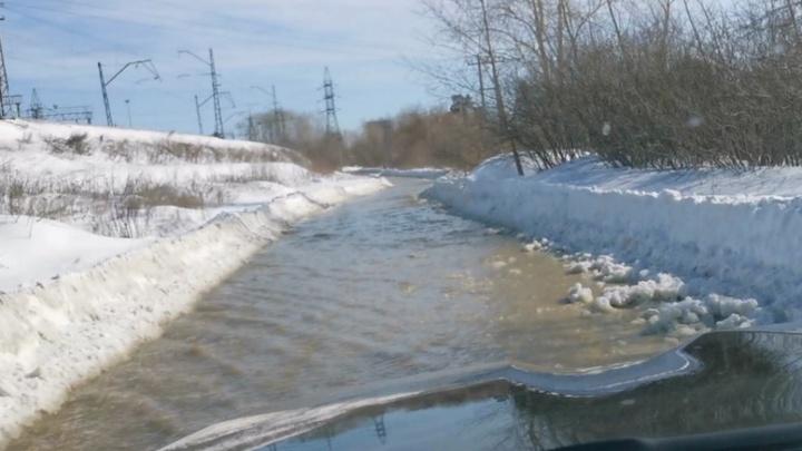 Две улицы Екатеринбурга затопило после коммунальной аварии
