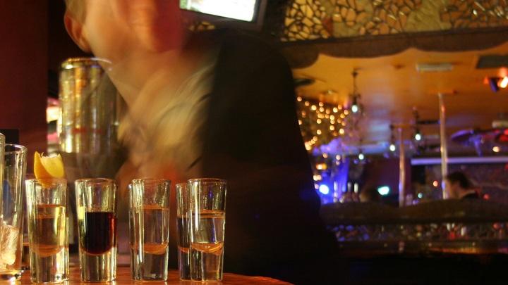 Коктейльвилкой в глаз, а можнов попу раз: вас будут материть в новом баре Петербурга, а вы - платить