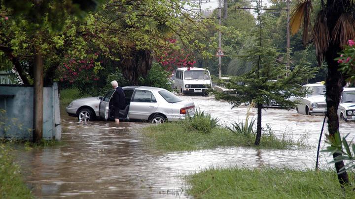 Тропический ливень в Ялте: Подземный переход полностью затопило водой - видео