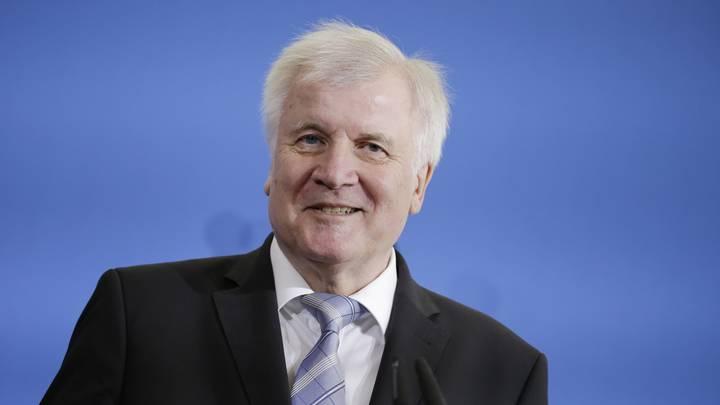 Глава МВД Германии требует разворачивать беженцев прямо на границе