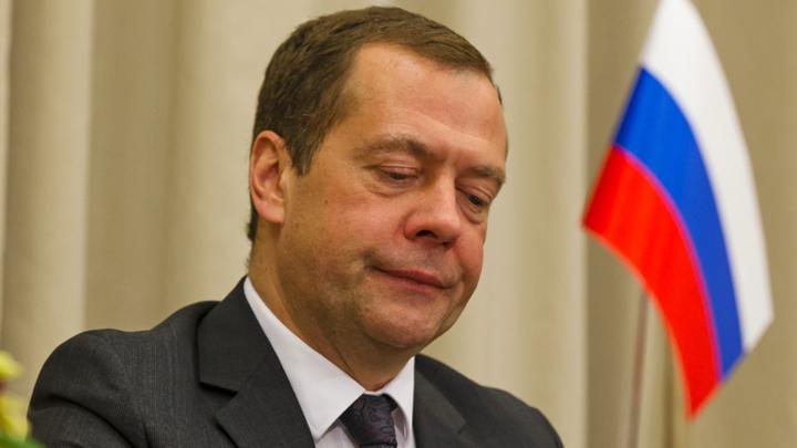 Медведева искупали в позитиве: Соцсети об отмене знака «Шипы»