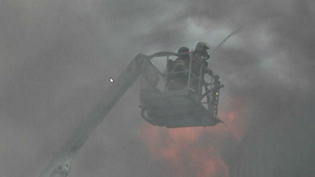 У горящего в Реутове теннисного корта рухнула крыша