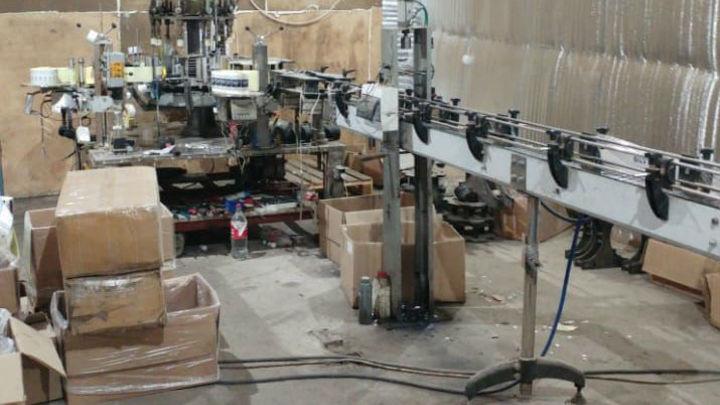Десятки тысяч литров контрафакта: в Подмосковье разоблачили цех по производству алкоголя