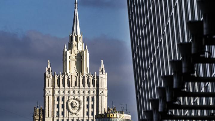 МИД России затроллил посольство США за радужный флаг песней из Полицейской академии