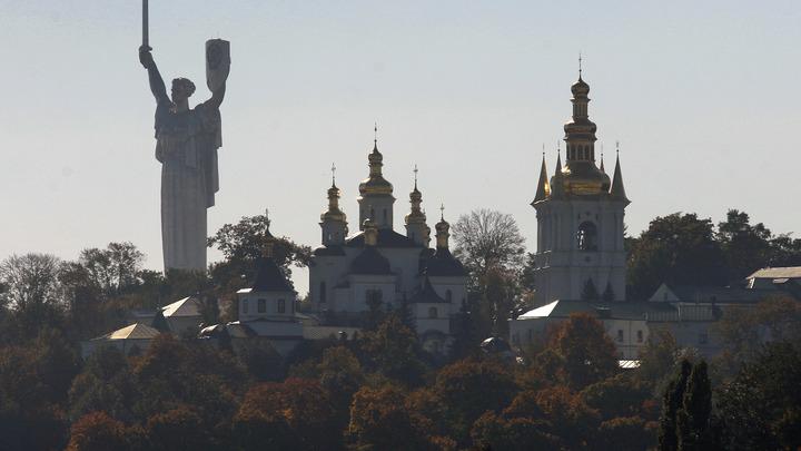 В Киеве националисты атаковали памятник генералу, освобождавшему город от фашистов