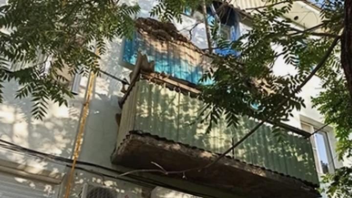 В Темрюке балкон 3-го этажа рухнул вместе с 7-летней девочкой: СК возбудил уголовное дело