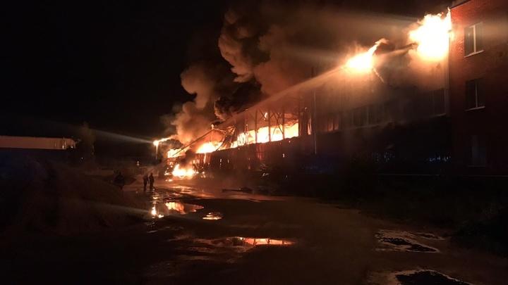 90 пожарных тушили этой ночью возгорание ангара в Подмосковье