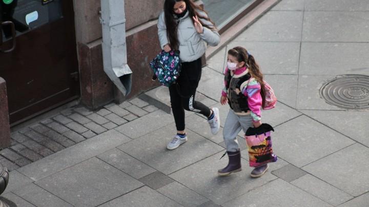 Я не могу выйти, мне надо ехать: Пассажиры затравили молодую мать из-за маски