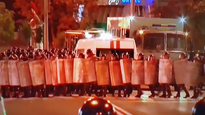 Протестующие в Белоруссии загоняют ОМОН. В центре Минска слышатся взрывы