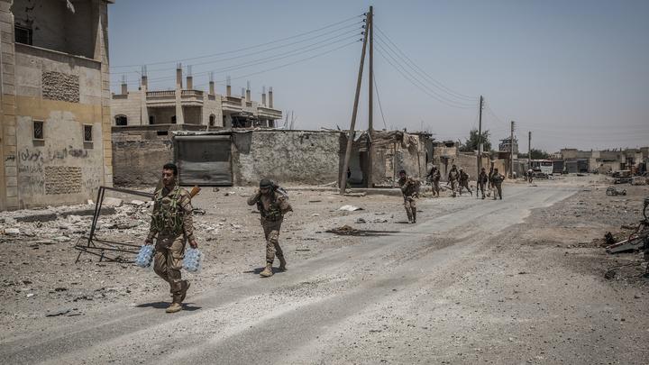 Террористы подорвали нефтяные скважины, в панике отступая к востоку от Ракки