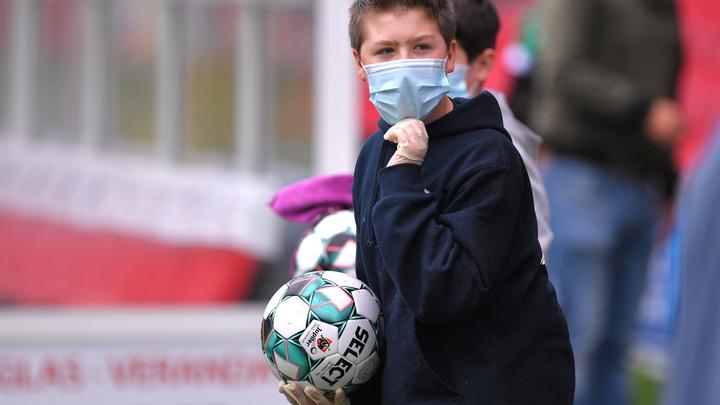 Теперь у тебя коронавирус: В Америке мужчина плюнул на ребёнка за отказ снять маску