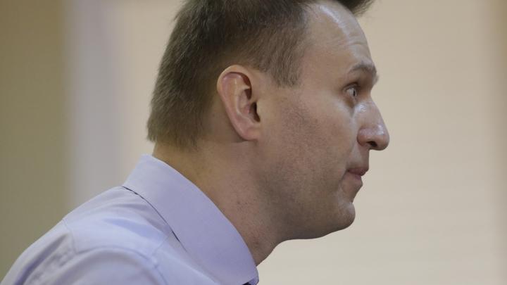 Глоток для храбрости: Навальный вышел к сторонникам в Челябинске подшофе