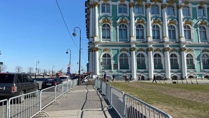 Не погулять, не проехать.Жители жалуются на огороженную Дворцовую из-за несанкционированного митинга