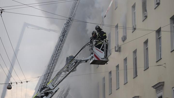 В доме возле памятника Юрию Долгорукому в Москве вспыхнул крупный пожар - видео