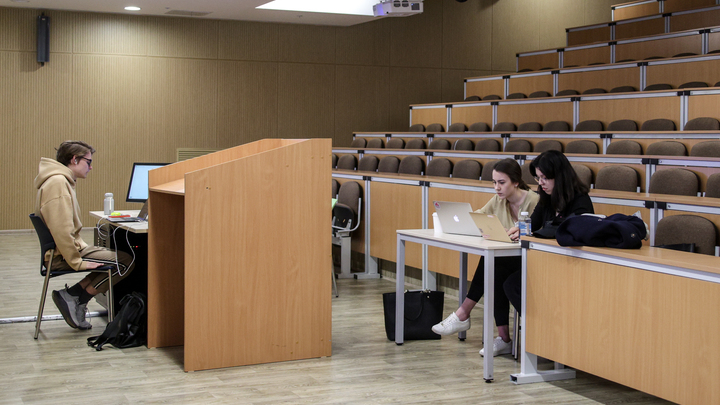 В Самарской области отстранили от работы 30 преподавателей вуза без COVID-сертификата