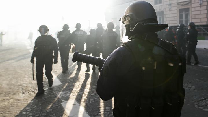 Первая кровь: Полиция Франции применила против желтых жилетов гранаты с газом, взрывом протестующему оторвало руку