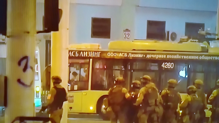 Мы - люди военные: Минобороны Белоруссии призвало протестующих не провоцировать стрельбу