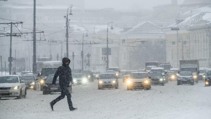Снегопад парализовал движение на улицах Москвы