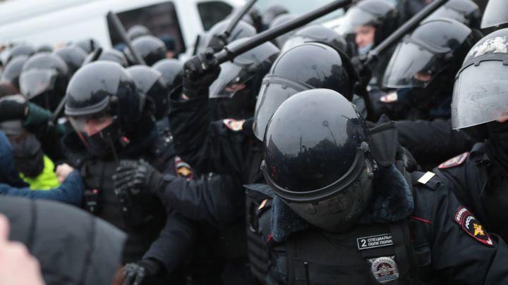 Советы протестующей повергли в ступор сотрудницу полиции: Это оккупация, не берите!