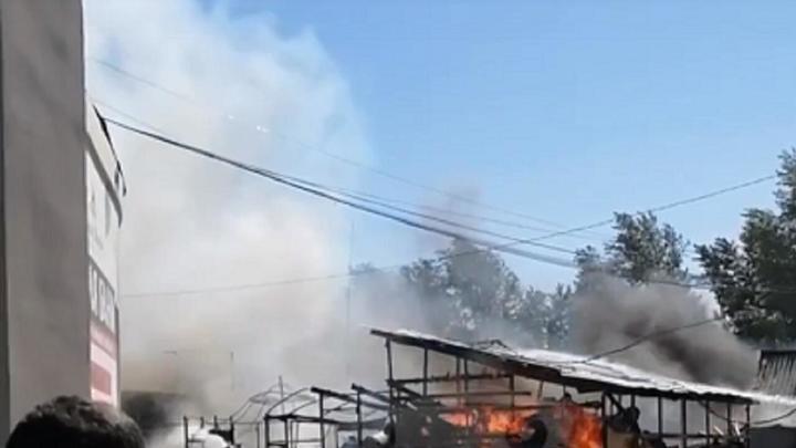 В Челябинске на строительном рынке возле Орбиты пожар уничтожил шатер с печами