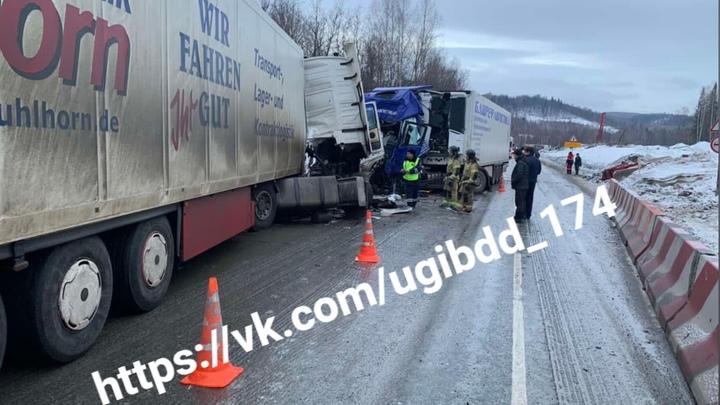 На трассе под Челябинском столкнулись два грузовика с прицепом - есть жертвы