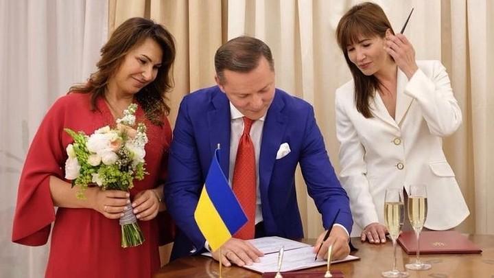 Чета Ляшко пришла на бракосочетание в цветах российского флага
