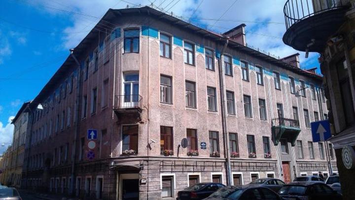 Плиткой по голове: Петербурженку увезли в больницу после падения элемента с фасада дома