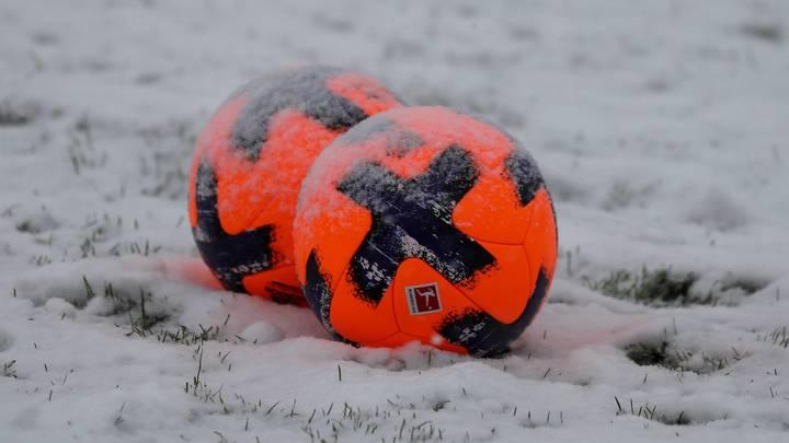 Локомотив и Спартак играют на снегу незаметным мячом, потому что на РЖД Арене не оказалось другого