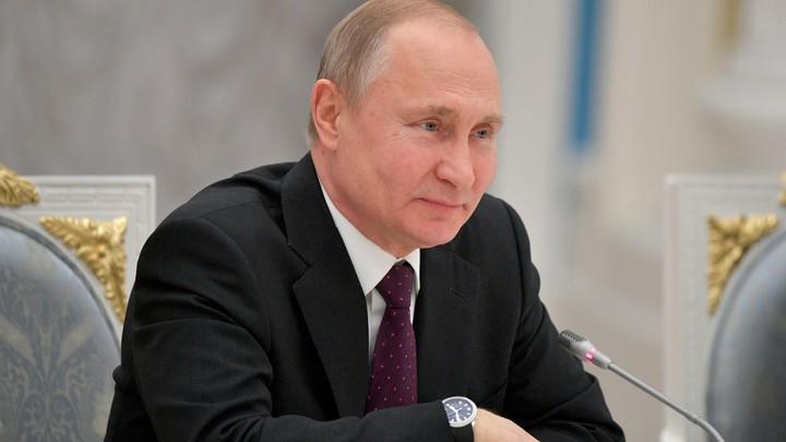 На большом экране и с конфетами: Либералы представили, как Путин дебаты смотрел - фото