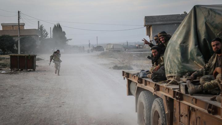 Солдаты Асада проводили американцев, спешно покидающих Сирию. Видео опубликовали в Сети